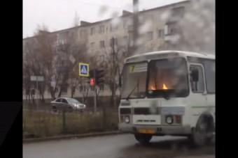 Lángolt a busz, a sofőr nem pánikolt, szépen ment tovább
