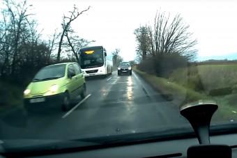 Ritkán látni videón ilyen életveszélyes magyar előzést