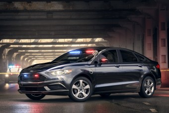 Konnektoros hibrid rendőrautó a Fordtól