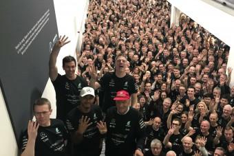 F1: Videón Hamilton triumfusa