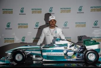 F1: Hamilton kapott egy autót, azonnal elajándékozta