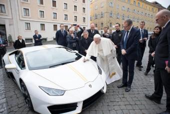 Megesz a sárga irigység a pápa új kocsijától