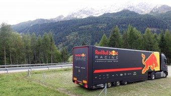 Videó: így repeszt egy F1-es az Alpok szerpentinjein
