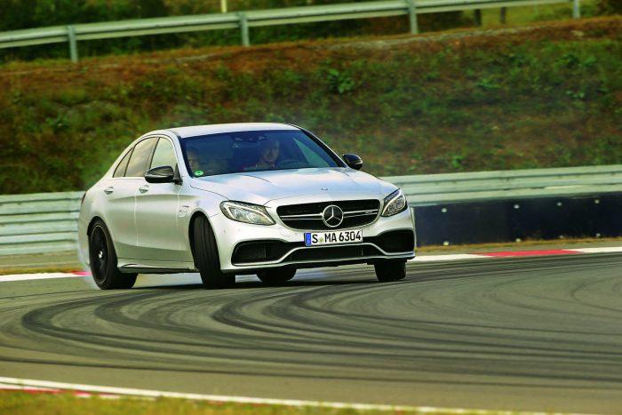 Álló helyzetből 200 kilométer/órás tempóra gyorsítva verhetetlen a C 63 S és a négyliteres V8. Ehhez a tempóhoz a BMW-nek 13,5, az Alfa Romeónak 13,7 másodpercre van szüksége
