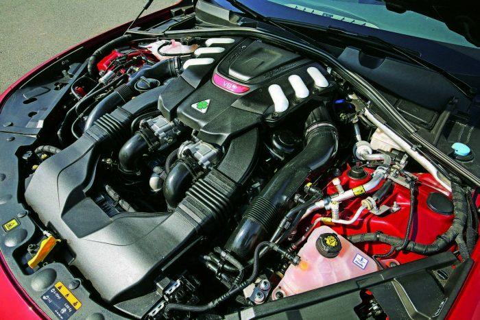 Hogy ne kételkedjünk a Ferrari V6-os valódiságában, alig takarták be a motort
