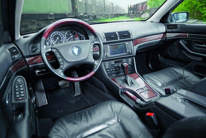 A 2003-ban gyártott kocsiban a kor minden luxusát megtalálhatjuk, a burgundi juhartól a fekete zongoralakkon át a gyémántmintás varrott bőrökig