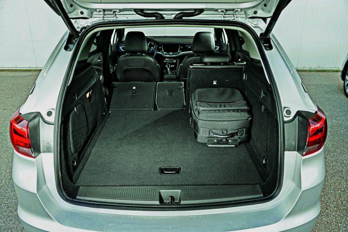 A három részre osztott hátsó ülésekért 70 000 forint felárat kér az Opel. A hátsó ajtó érintésre nyílik és záródik