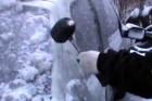 Kalapáccsal szabadította ki autóját a jég alól
