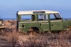 Némán rohadó Land Roverek
