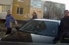 Baseballütővel terrorizálták az autósokat