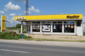 Bálabontás az Opel-szalonban