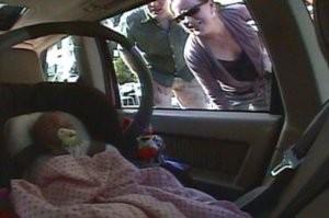 Nem segített a rendőrség a kocsiba zárt babán