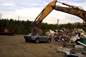 Vattacukorként tépi szét a markoló az 50 milliós sportautót
