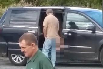Autójában maszturbált a benzinkúton egy nő
