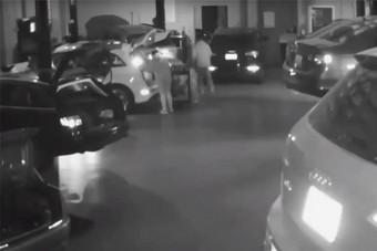 Hét Audit loptak ki egy garázsból, a kamera mindent felvett