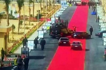 Kiverte a biztosítékot az egyiptomi vörös szőnyeg