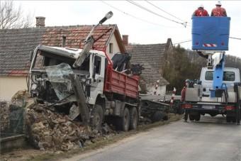 Kamion pusztított Nagyvázsonynál, fotón a baleset