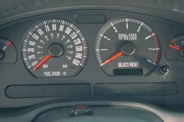 A 2001-es Mustang Bullitt műszerfali óráinak skálázása a 60-as éveket idézi