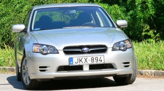 Teszt: Subaru Legacy 2.0 - Nem enged a lényegből