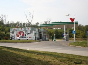 Még mindig esik a benzin ára