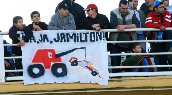 Alonso-szurkolók tömege lepte el a pályát