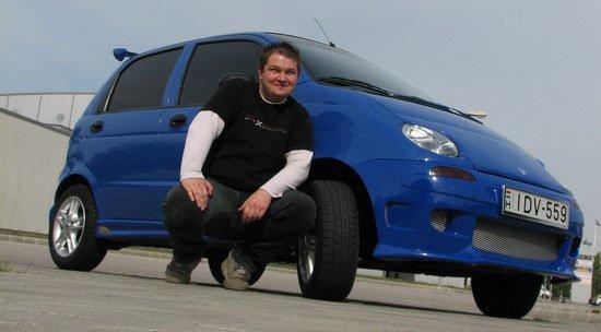 A kék Daewoo Matiz és tulajdonosa Zoli