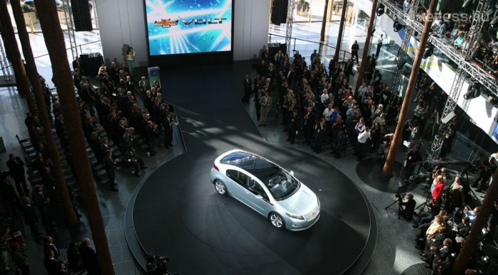 3-6 óra alatt tölthető fel a Volt konnektorból. A motorja 150 lóerős, akkuval 56 kilométer megy el, utána a benzines tölti a telepeket