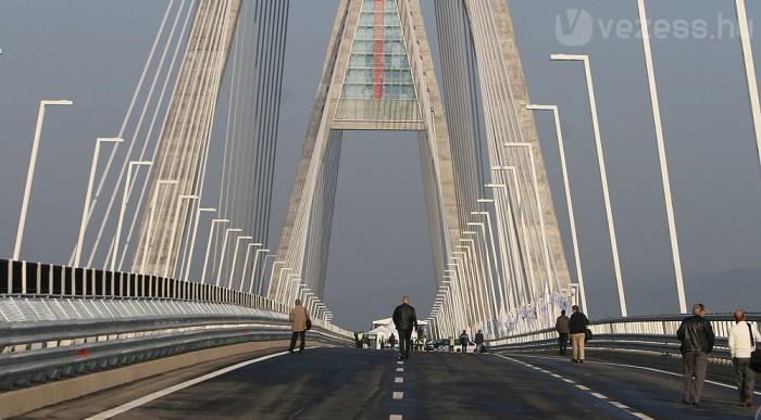 Még kihalt a híd