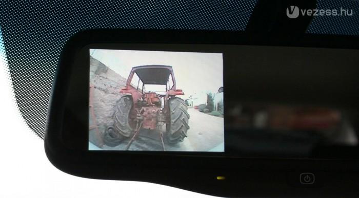 A tolatókamera képe a belső tükörben jelenik meg