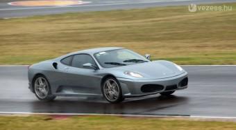 Kimi utcai Ferrarival játszik - videó