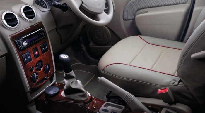 Fullos Dacia: bőrülés, fabetét