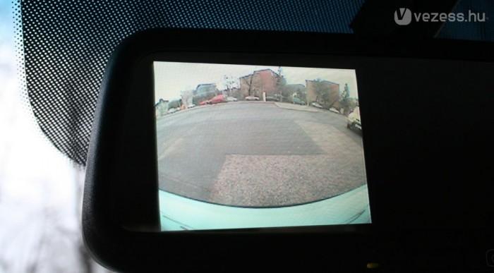 Látványos, de 200 000 forintba kerül a tolatókamera. Képe a belső tükörben látszik
