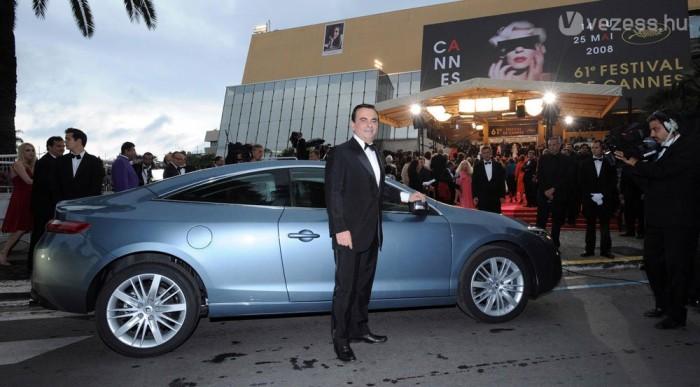 Bemutató a filmfesztiválon Cannes-ban. Itt a nagyfőnök, Carlos Ghosn parádézik a kupéval