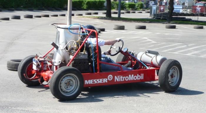 Nitromobilt nem a gyorsulásokon használatos nitro, azaz dinitrogén-oxid, hanem nitrogén hajtja