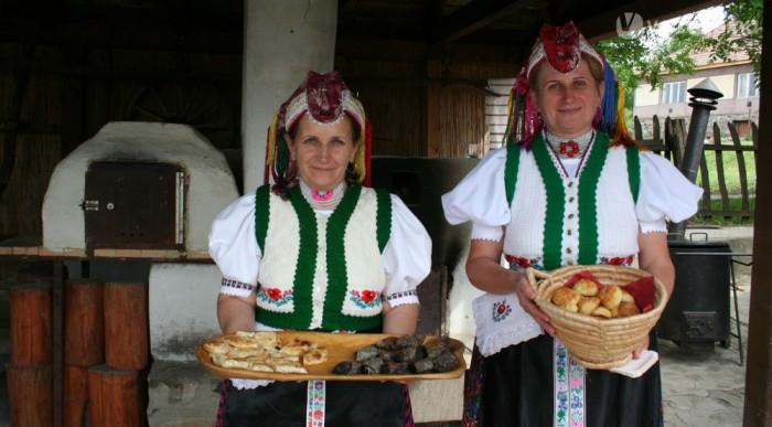 Népviselet, házi rétes és pogácsa