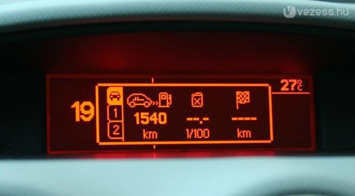 Óriási a hatóvolság a 60 literes tankkal. Városban is elég 900 kilométer után tankolni