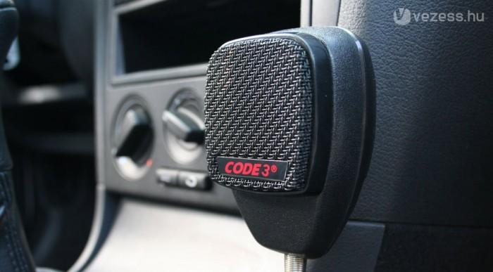 Nem minden járőrautóba jut beépített rádió, de úgyis van kézi