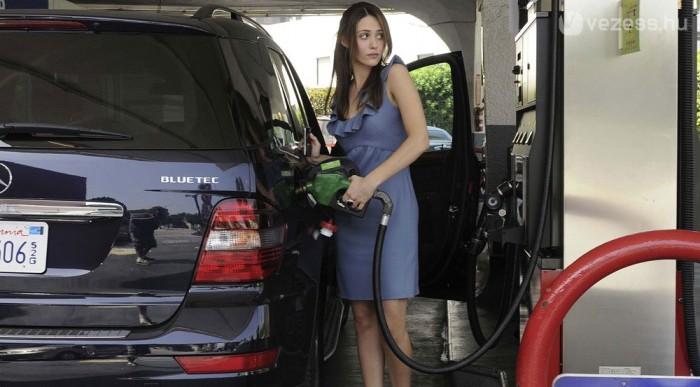 Féláron: 2,7 dollár egy gallon, ami 3,8 liter