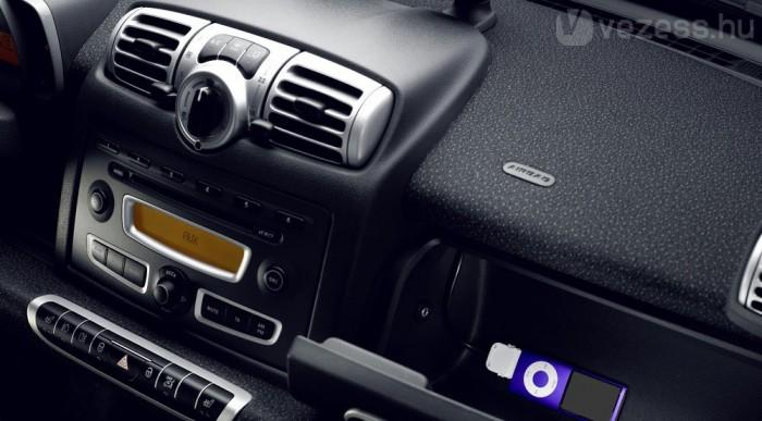 iPod csatlakozó és vezeték nélküli Bluetooth kapcsolat is került bele