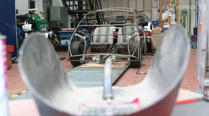 Hidegen vont acélcsővázra épül a jármű