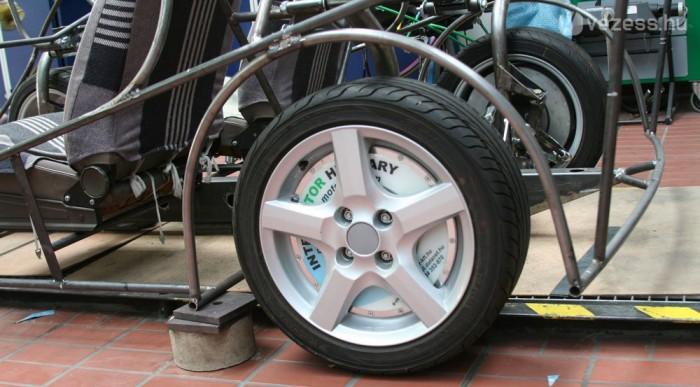 Hat kW-os a kerékagymotor, ezt kell kettővel beszorozni. Ez összesen 16,3 lóerő