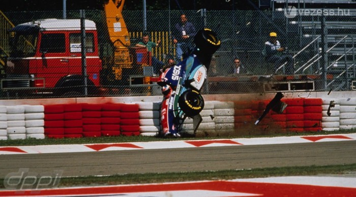 Barrichello nyitott egy hatalmas bukással