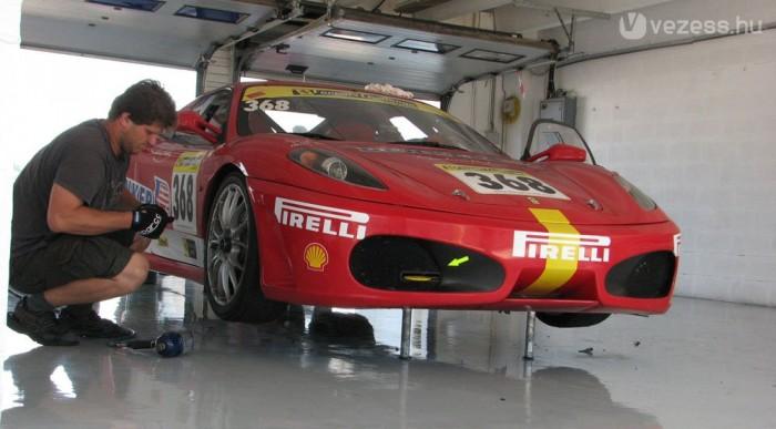Készül a pályára a Ferrari 430