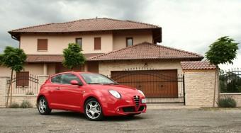 Kis piros autó. Nem megy, jól néz ki. Mi az?