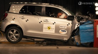 Elhasalt a törésteszten a Toyota kisterepjárója