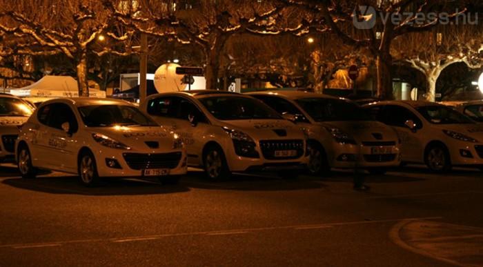 Parc fermében éjszakáztak az autók