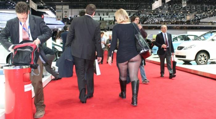 Talán csak felcsúszott a szoknyája?