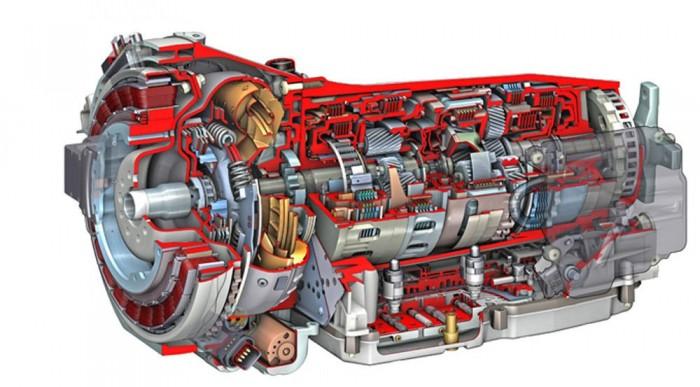 Legelöl a vékony koszorú az elektromos motor. Előtte van a benzines, mögötte az automata váltó