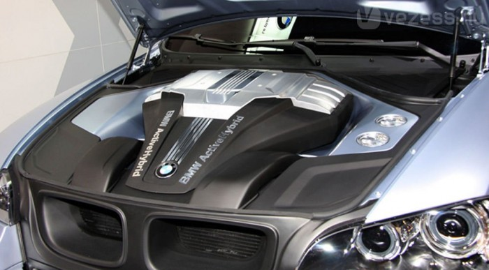 Ötödével takarékosabb a hibrid X6 a V8-as turbósnál