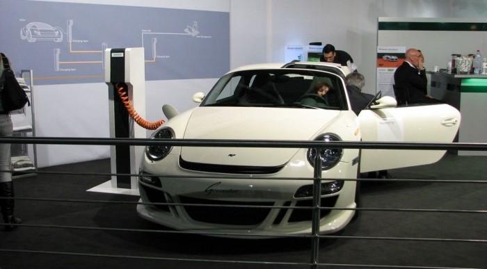 Elektromos Porsche, furcsa aktussal a bal egyben